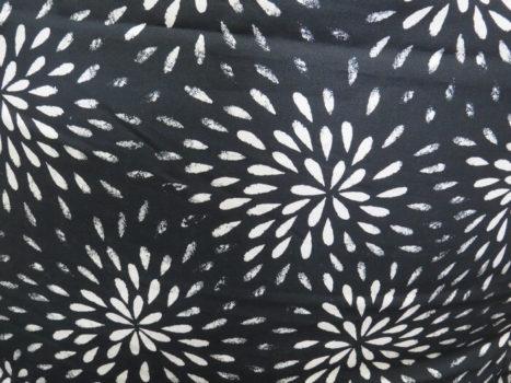 Fekete alapon stilizált fehér virág mintás ikea anyag