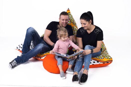 család a narancsos babzsákokon