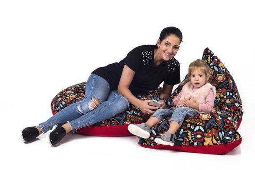 Anya a kislányával Ikeás anyagból készült babzsákokon ülnek