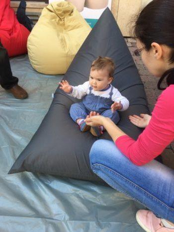 Baba élvezi egy Heverde babzsák kényelmét