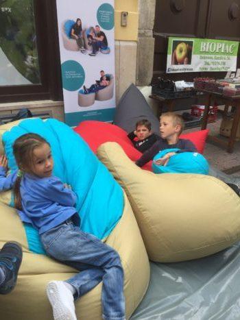 Gyerekek a Heverde babzsákjaiban a Rózsa Utcafesztiválon