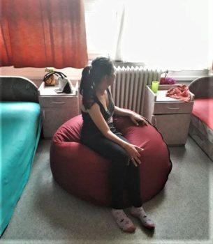 Fiatal lány babzsákban ülve