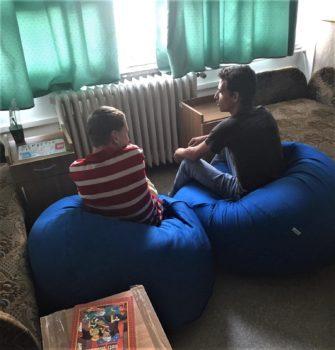 Gyerekek beszélgetnek babzsákfotelekben ülve