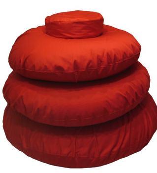 Fánk formájú piros babzsákok egymás tetején